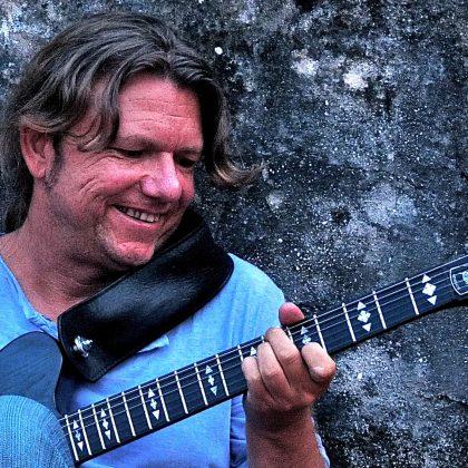 https://www.joergfleer.de/wp-content/uploads/2013/02/kopf-guckt-gitarre.jpg